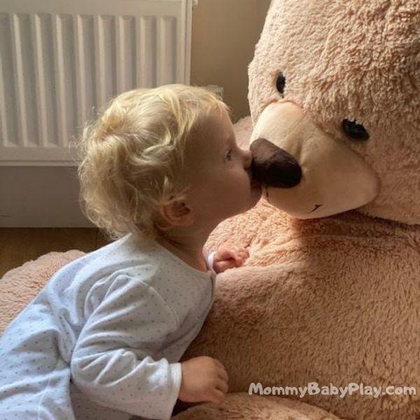 copy & repeat kissing teddy
